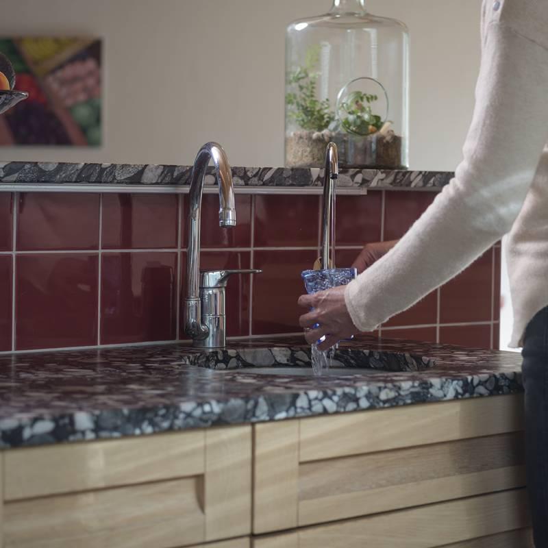Installation sous évier de système de filtration de l'eau du robinet