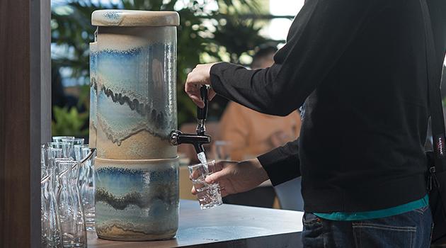 Fontaine à eau filtrée par charbon actif et osmose inverse puis revitalisée par dynamisation : solution pour l'eau de boisson en restauration
